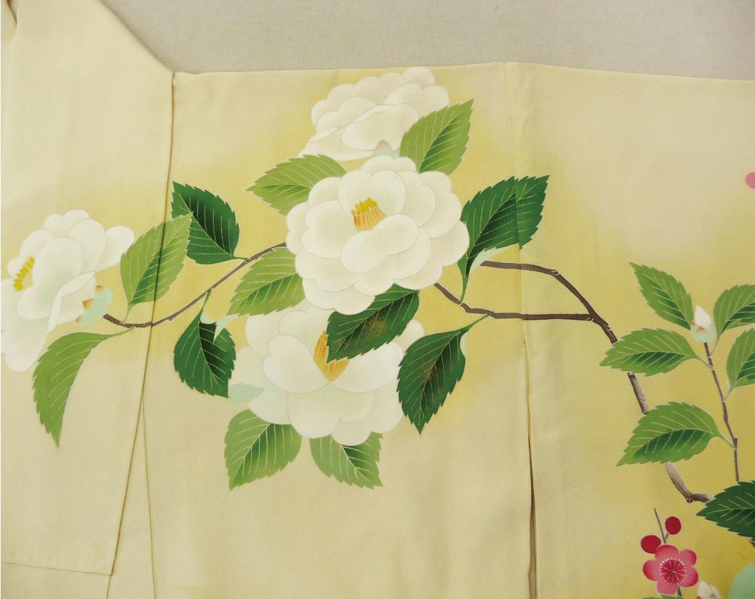 経年によりシミが落ちない部分は、友禅の職人さんにお花の柄を描いて貰いました。 まるで最初からこの図案であったかのように仕上がりました。